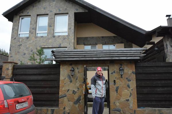 Иван Скобрев у своего дома в Подмосковье. Фото Сергея Акулича