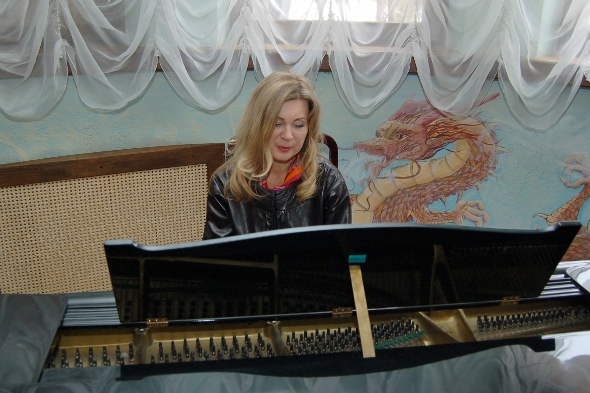 Вика Цыганова за домашним роялем