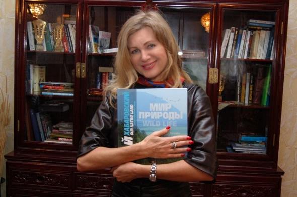 Вика Цыганова с книгой