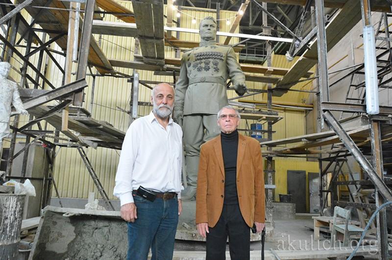 Игорь Василевский и скульптор Салават Щербаков. Фото Сергея Акулича
